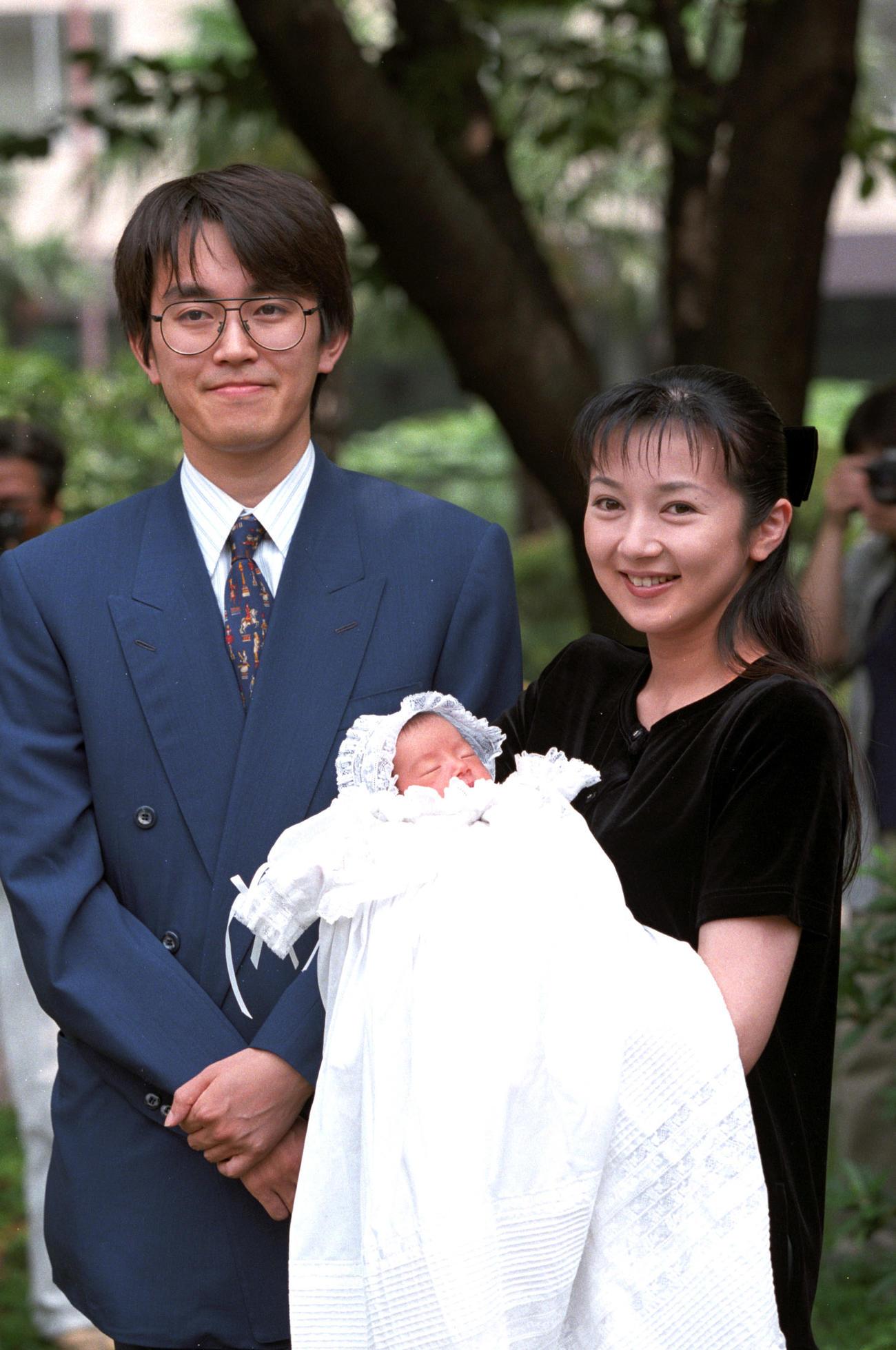 97年、羽生善治棋士との第1子をお披露目する理恵夫人