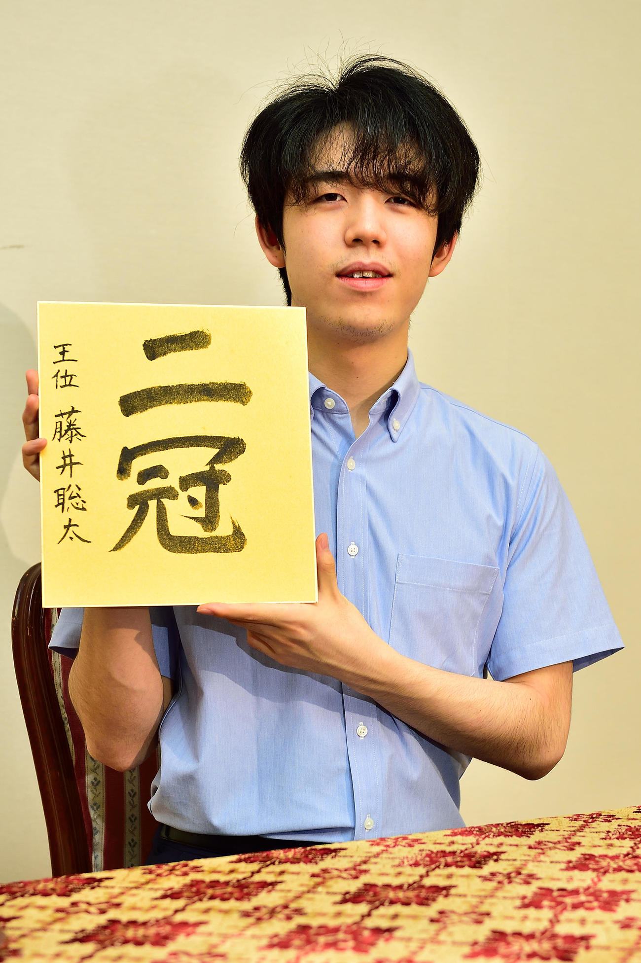 福岡市内で一夜明け会見をする藤井聡太2冠(日本将棋連盟提供)