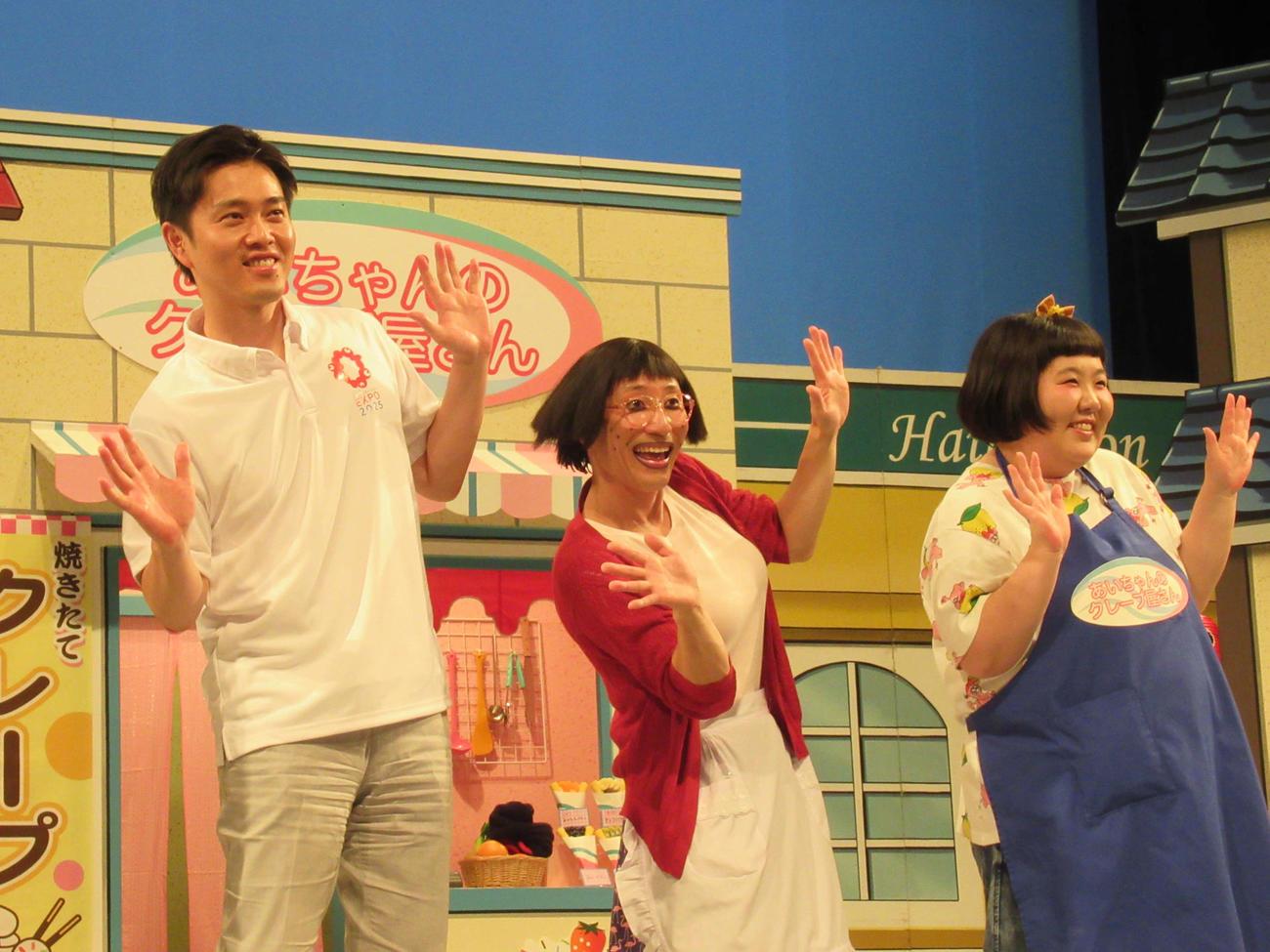 「SDGs新喜劇」の取材会でポーズを決める左から吉村洋文知事、すっちー、酒井藍(撮影・星名希実)