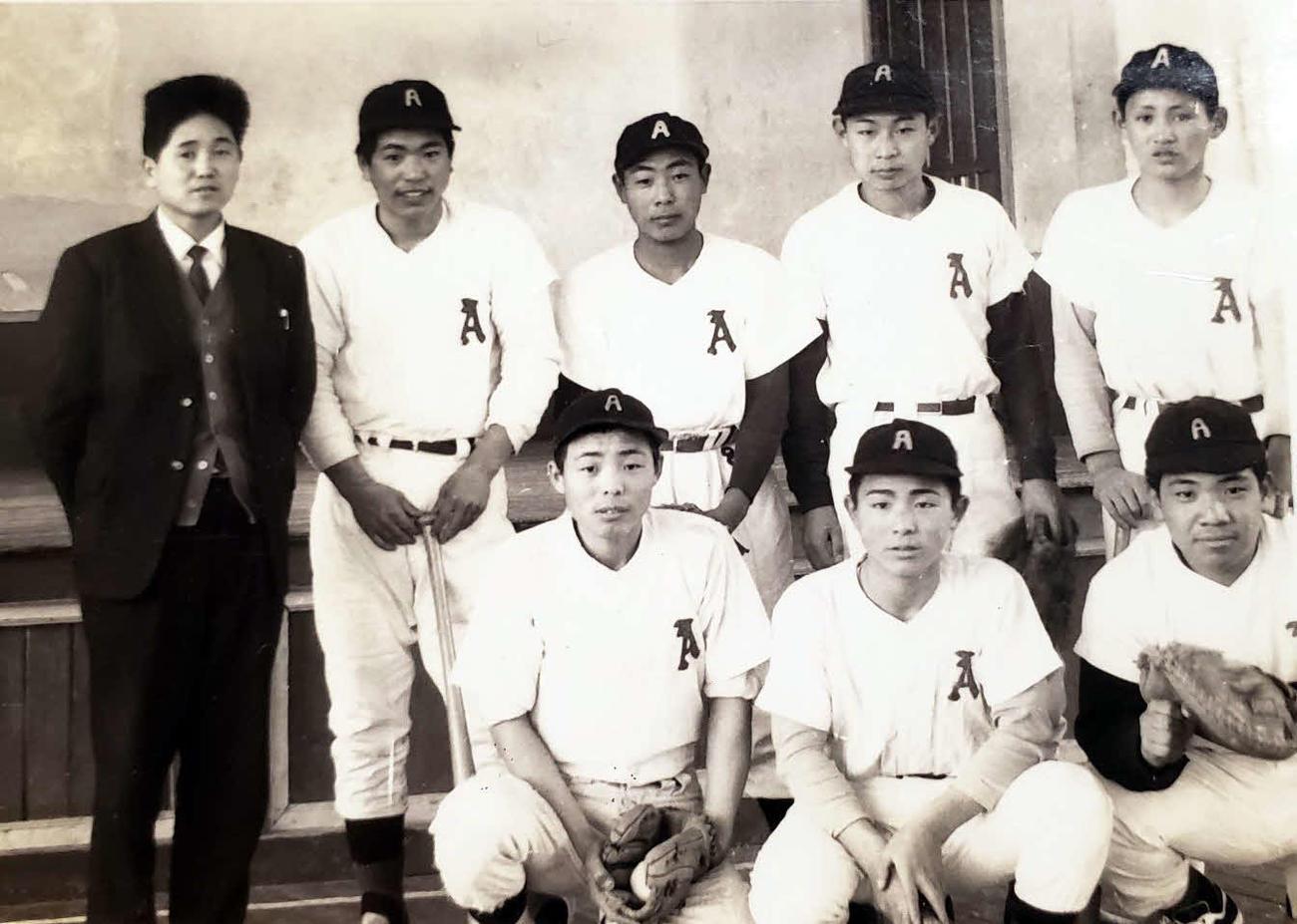 秋ノ宮中時代は軟式野球部に所属していた菅官房長官(後列右端)(由利昌司さん提供)