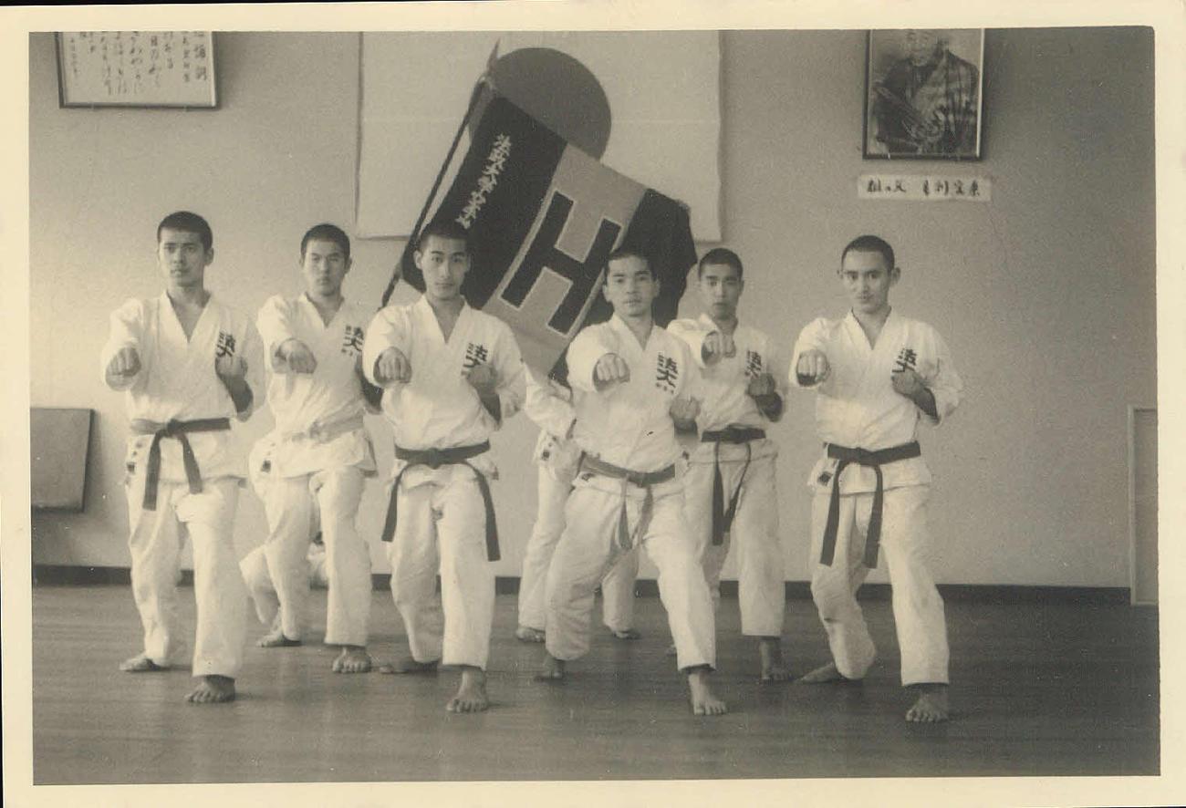 大学2年生時の70年、空手部の仲間と稽古に励む菅官房長官(右端)=(公財)全日本空手道連盟提供