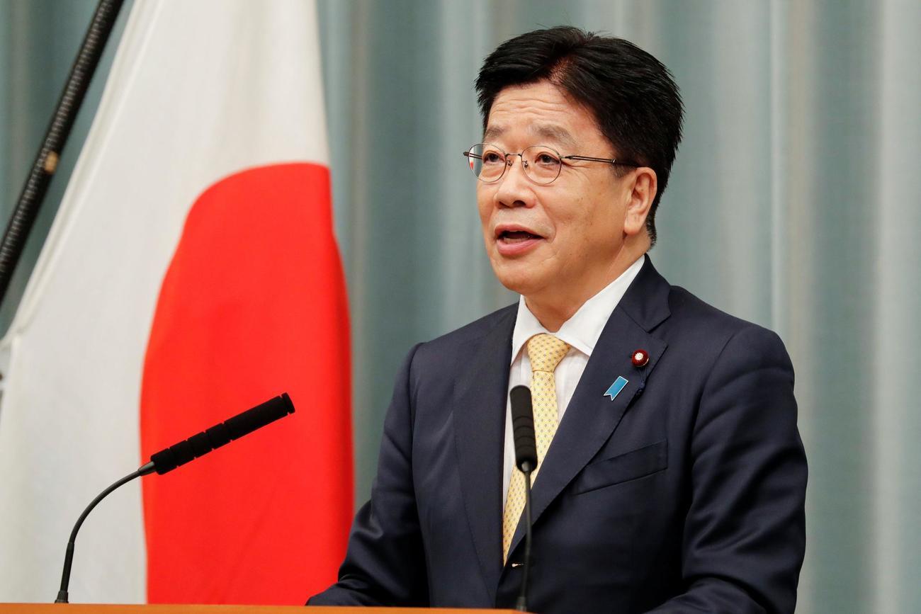 菅内閣の閣僚名簿を発表する新任の加藤官房長官(ロイター)