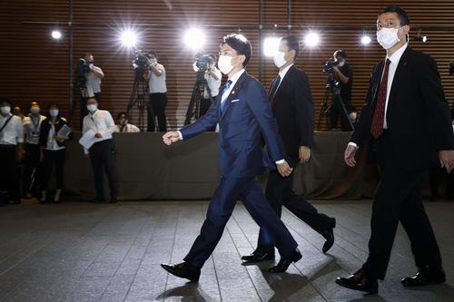 環境相に再任され、首相官邸に入る小泉進次郎氏=16日午後3時55分(共同)