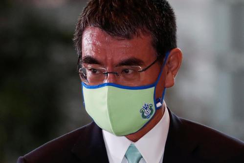 行政改革相に任命された河野太郎氏は、選挙区・神奈川のサッカーチーム「湘南ベルマーレ」のロゴ入りマスクで官邸入り(ロイター)