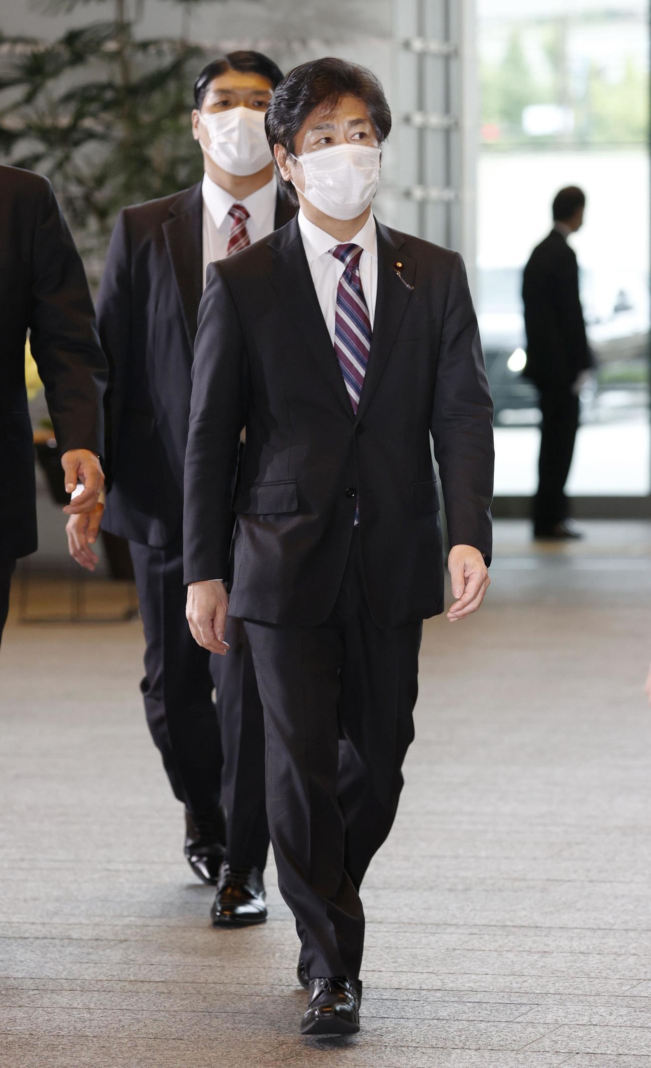 厚労相に決まり、首相官邸に入る田村憲久氏(共同)