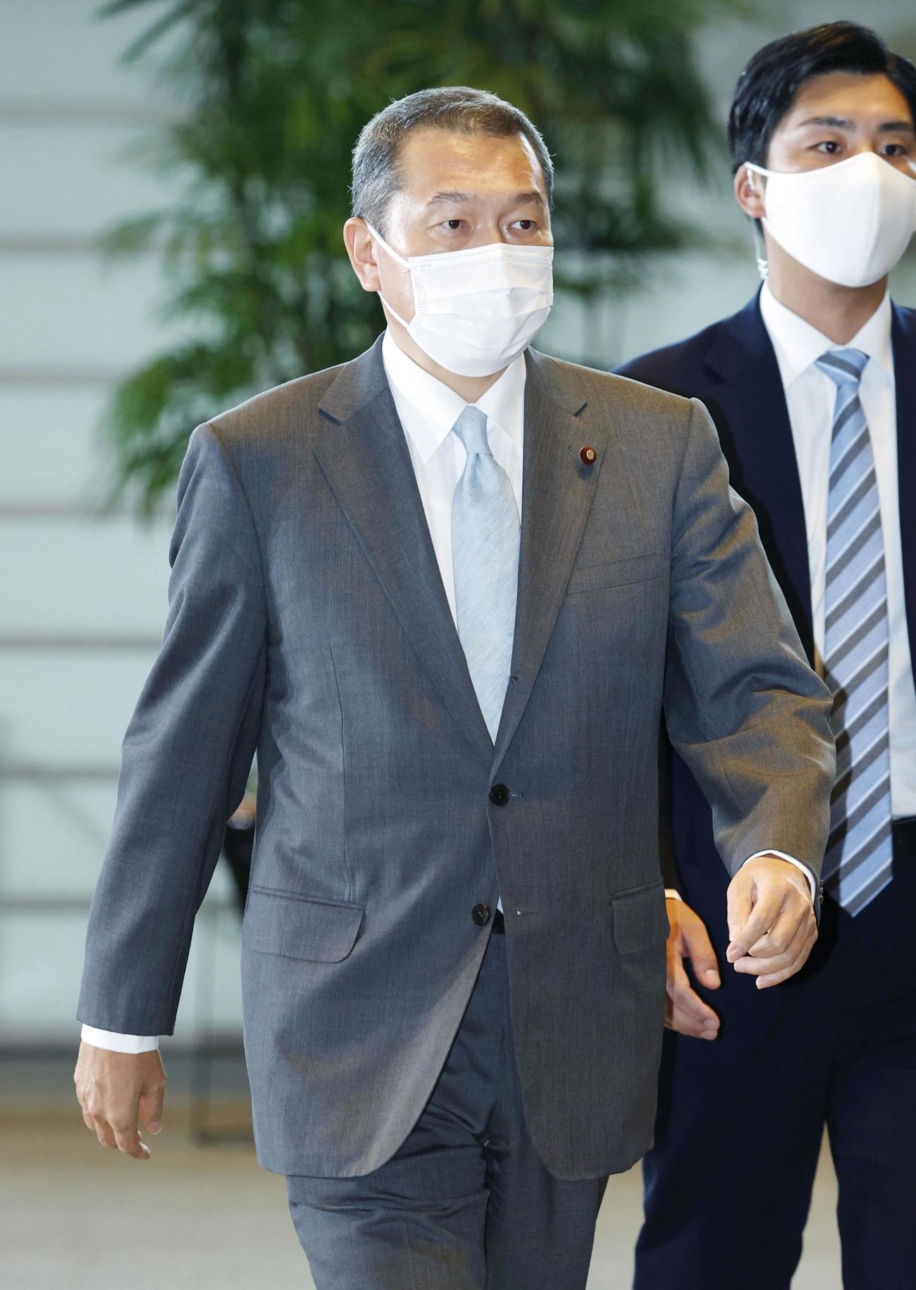 国家公安委員長に決まり、首相官邸に入る小此木八郎氏(共同)