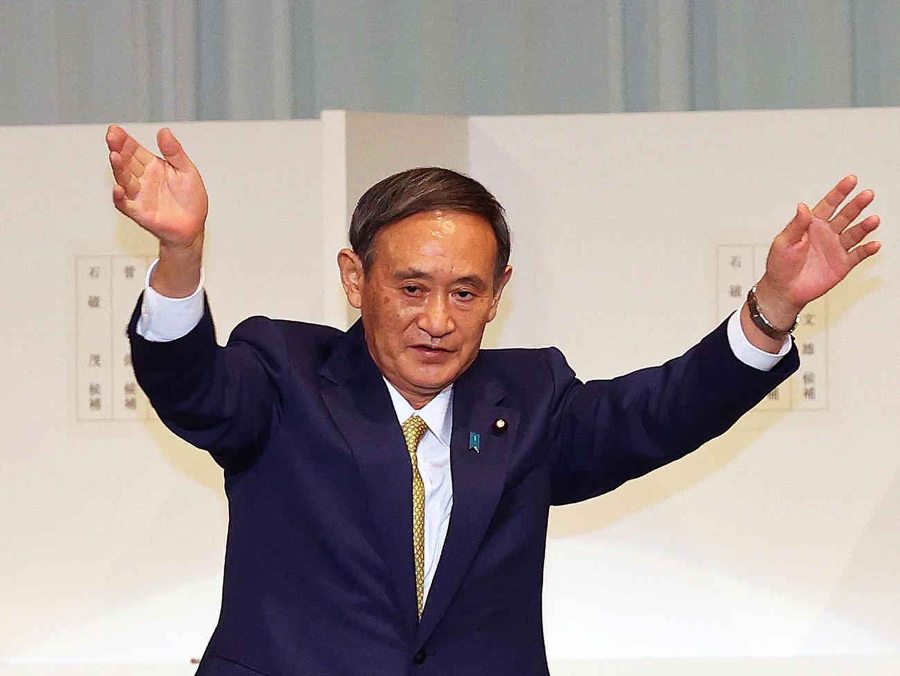 自民党第26代総裁に選出され、あいさつ後に手を振る菅義偉氏(2020年9月14日撮影)