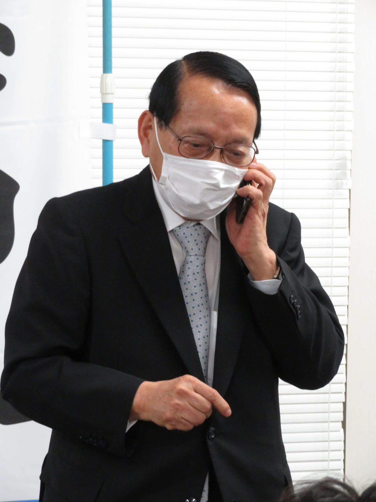 復興相決定の電話を受ける平沢勝栄氏(撮影・近藤由美子)