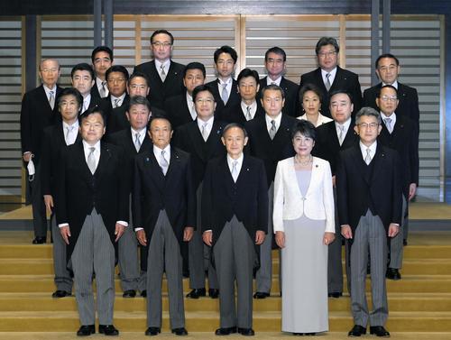 認証式を終え、記念写真に納まる菅義偉首相(前列中央)と閣僚ら(代表撮影)