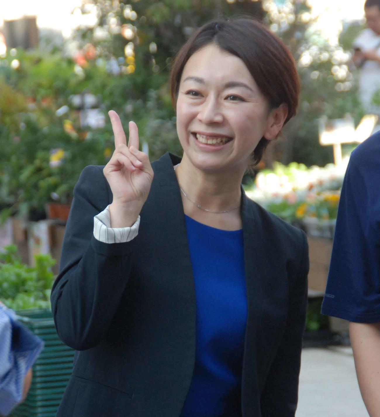 有権者に2ショットを求められ、笑顔で応じる山尾志桜里氏(2017年10月8日撮影)