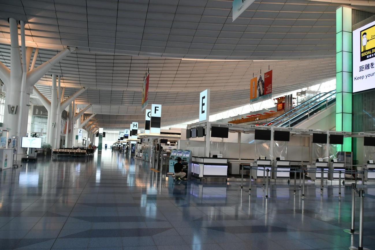 閑散とした7月の羽田空港国際線チェックインカウンター。今も閑散としている(鳥海氏提供)