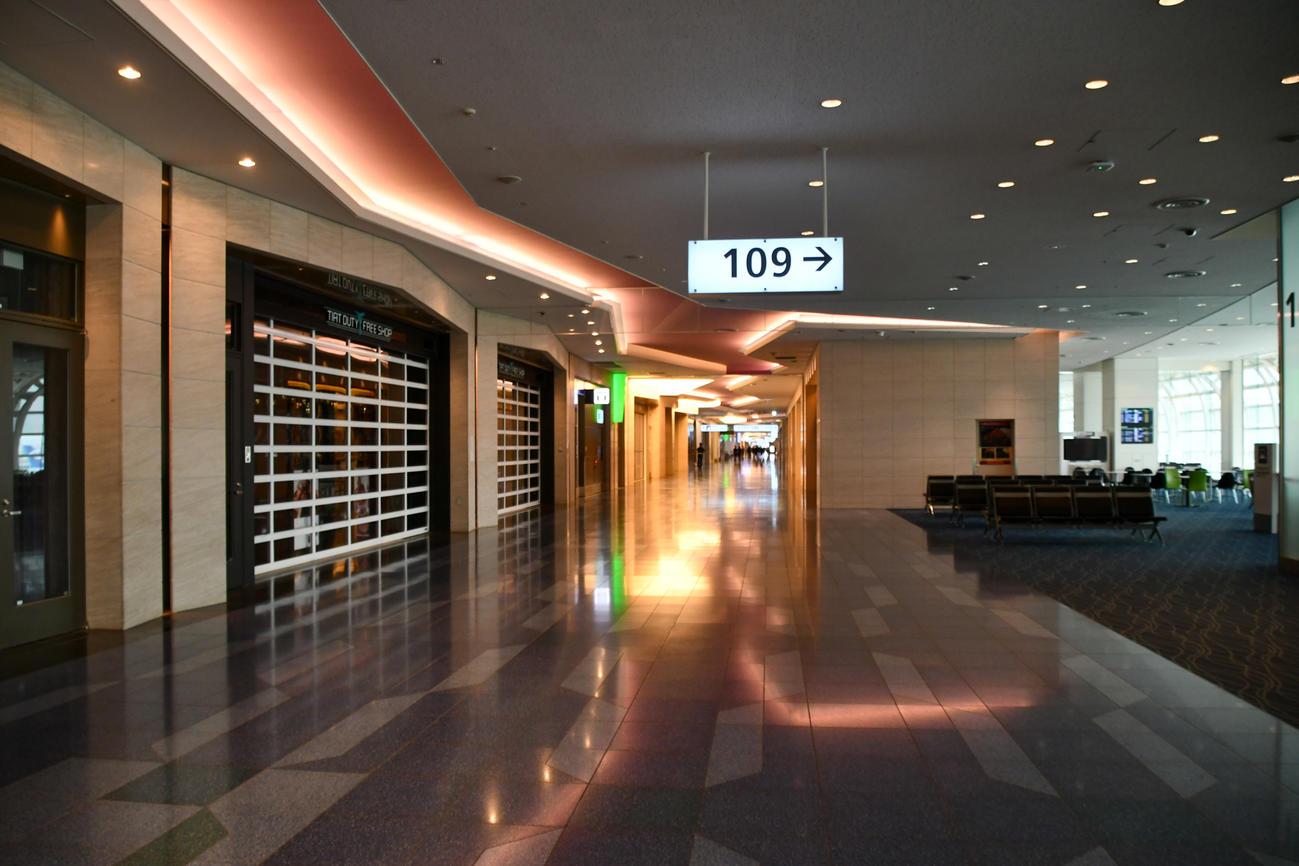 免税店が軒並みシャッターを下ろし、閑散とした7月の羽田空港国際線出発ロビー。今も一部の免税店しか開いていない(鳥海氏提供)