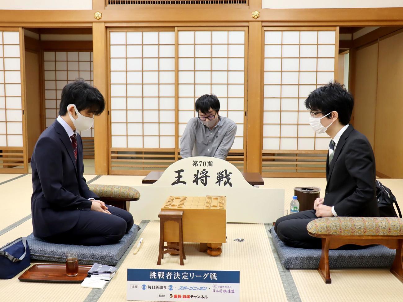 対局に臨んだ藤井聡太2冠(左)、豊島将之2冠(日本将棋連盟提供)