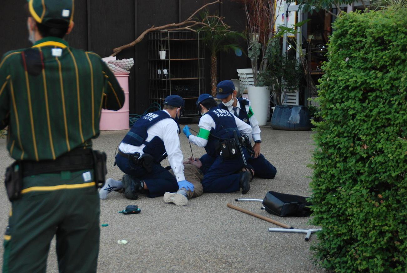天王寺公園で警察官に身柄を拘束された男(撮影・松浦隆司)