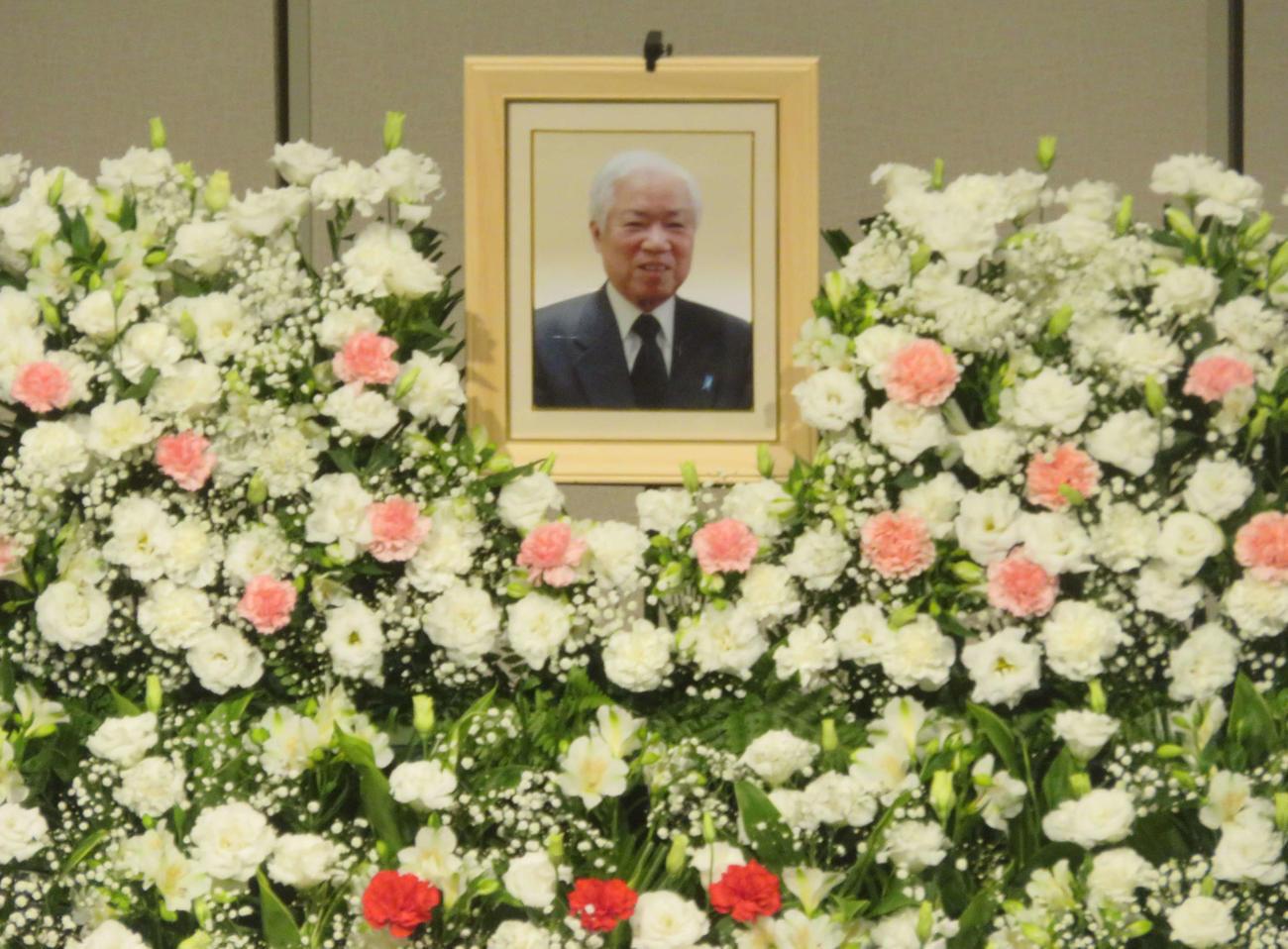 お別れの会で横田滋さんの遺影は花に包まれていた(撮影・大上悟)