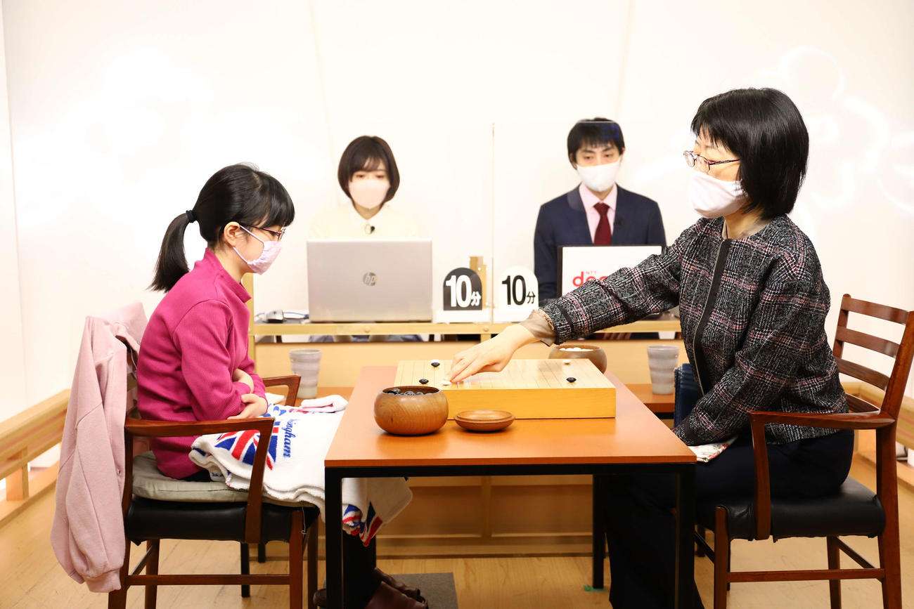 最年少でのベスト4進出を目指して青木喜久代八段(右)と対戦する仲邑菫初段(左、日本棋院提供)