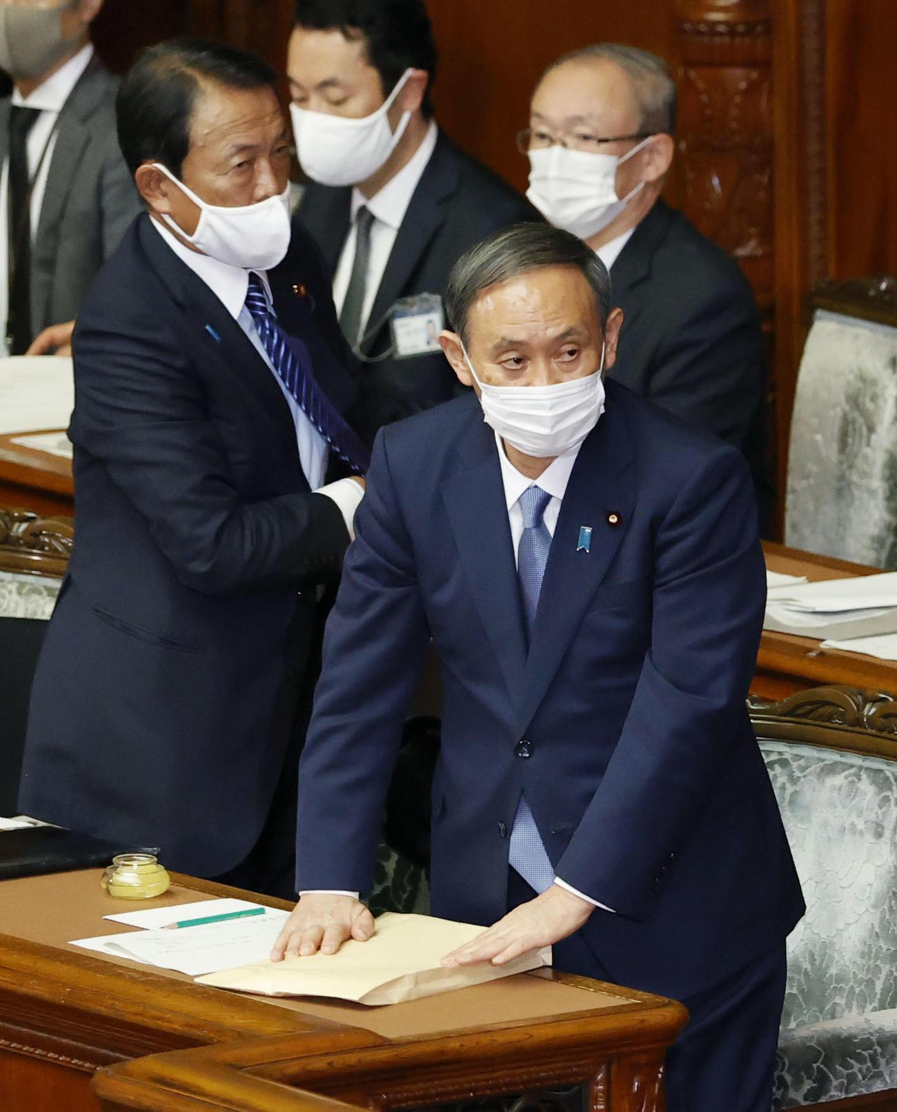 第203臨時国会で所信表明演説を終えた菅首相。左は麻生財務相(共同)