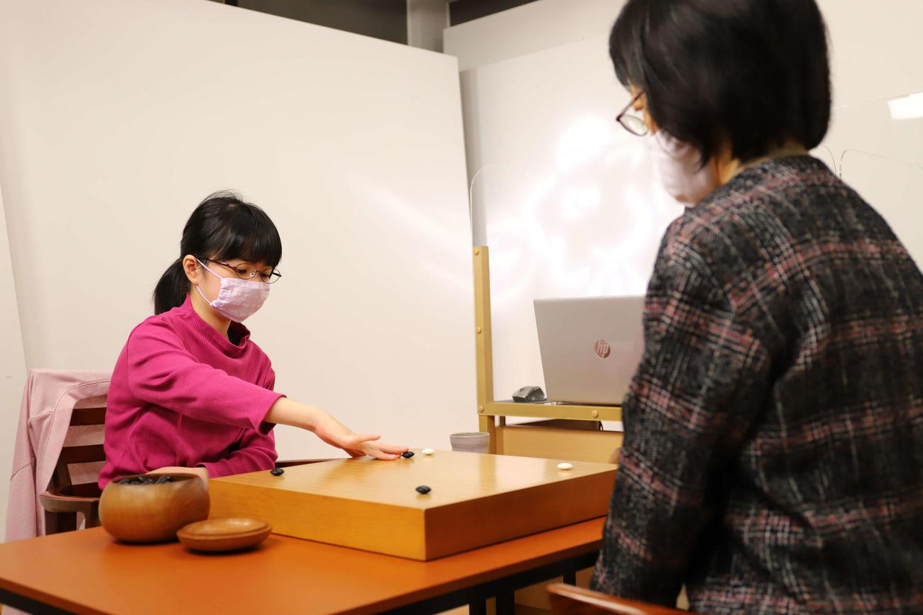最年少でのベスト4進出を目指して青木喜久代八段(右)と対戦する仲邑菫初段(左)(日本棋院提供)