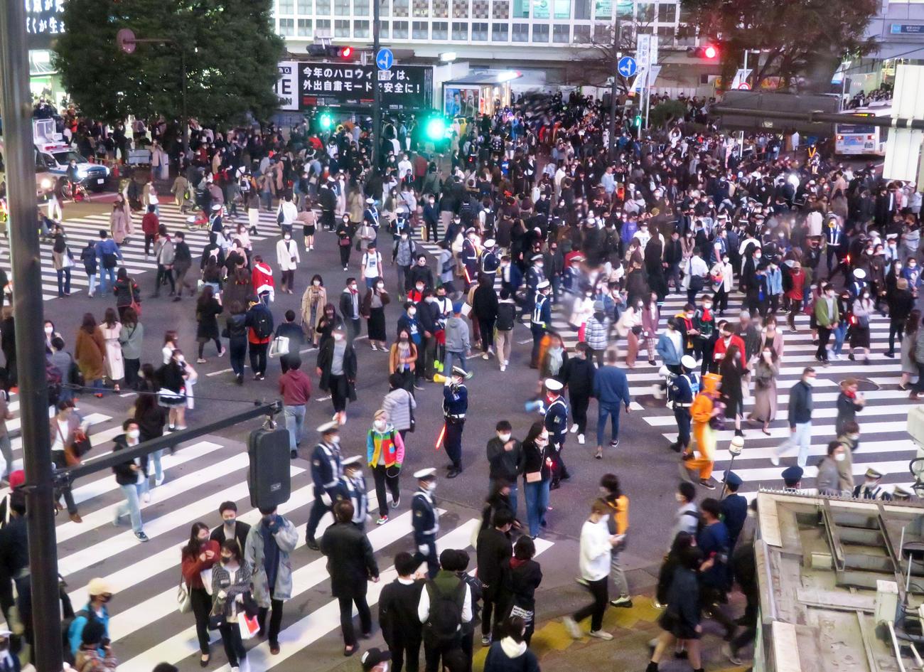 多くの警察官が警戒する中、人々が行き交う渋谷のスクランブル交差点(撮影・沢田直人)