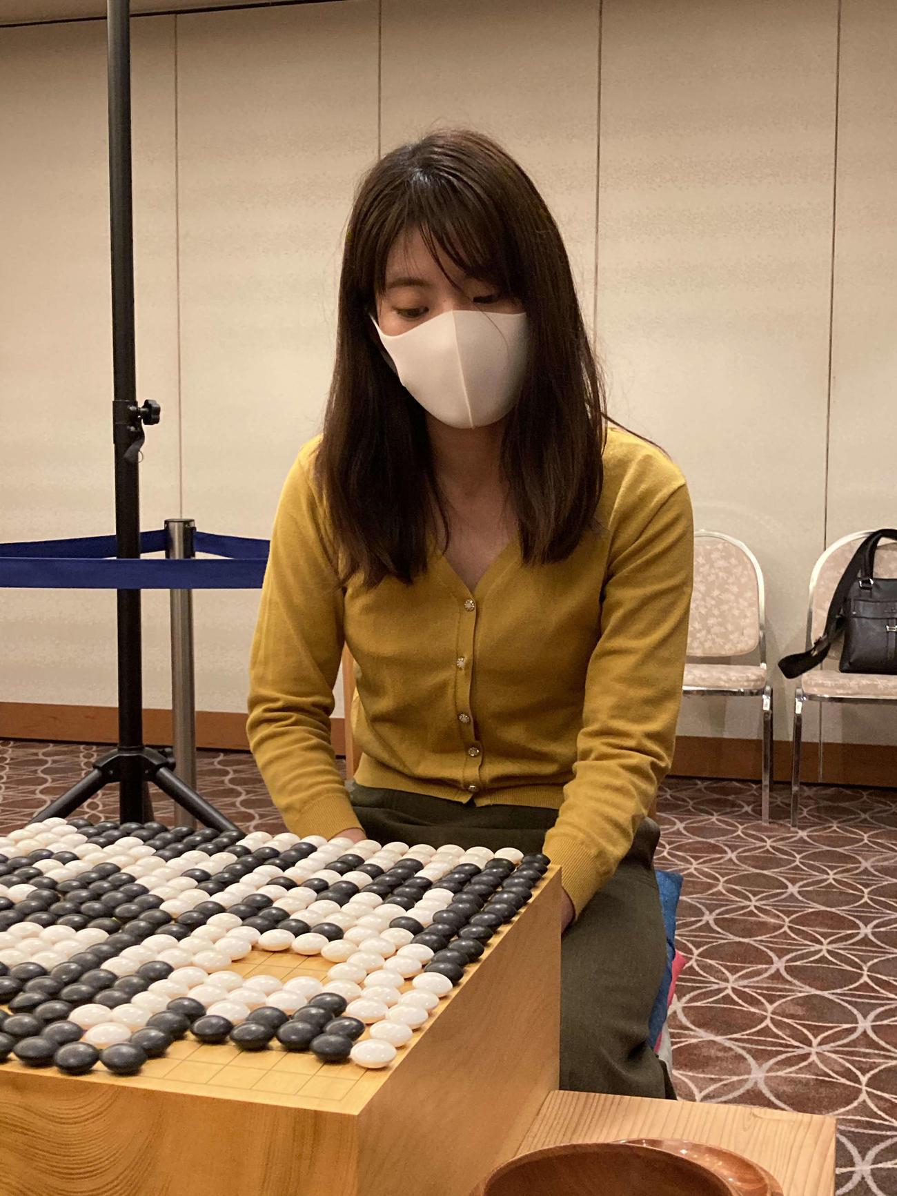 第15回広島アルミ杯若鯉戦を初優勝して男女混合の公式戦を女流棋士で初めて制した藤沢里菜女流3冠(日本棋院提供)