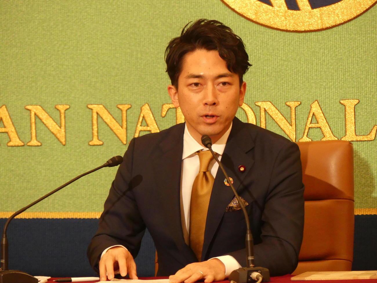 日本記者クラブで、2050年までの脱炭素社会実現を目指す日本の取り組みについて語る小泉進次郎環境相