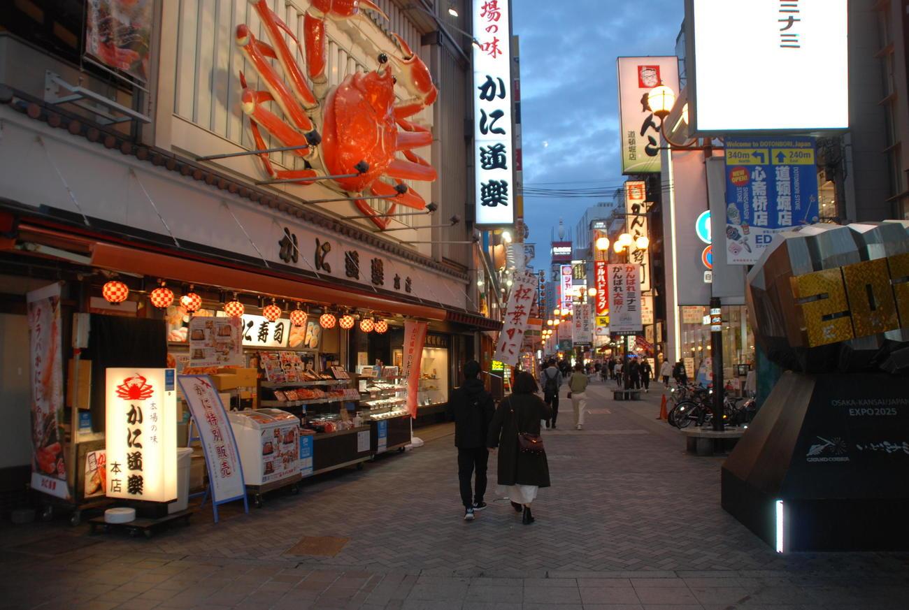 時短要請が始まった大阪・ミナミの道頓堀は人通りも少なくなった