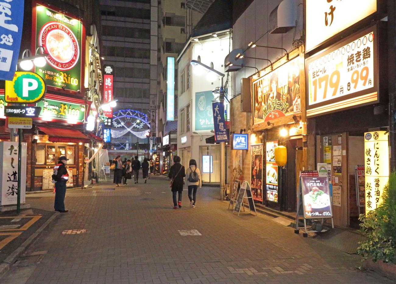 時短要請を受けた初日、人通りが少なく閑散としている池袋のサンシャイン中央通り(撮影・沢田直人)