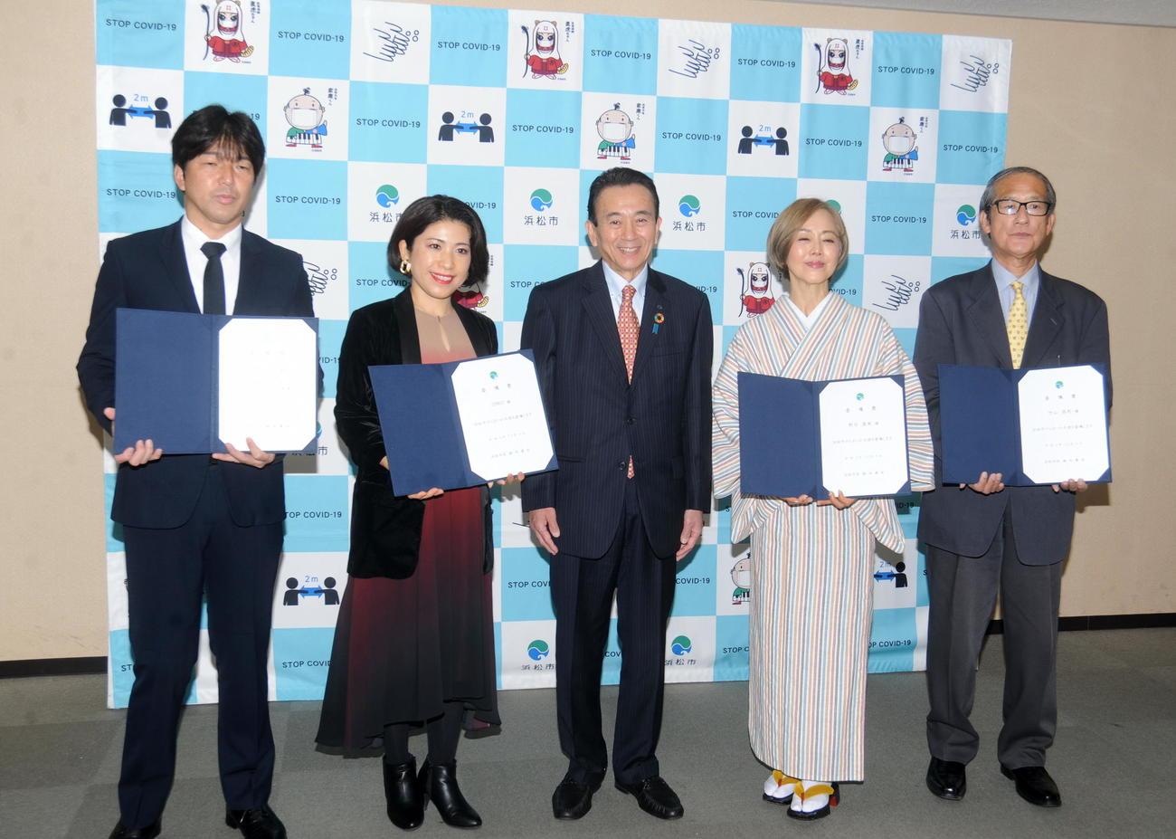 記念写真に納まる、左から名波浩氏、ERIKO、鈴木市長、熊谷真実、竹山昌利氏