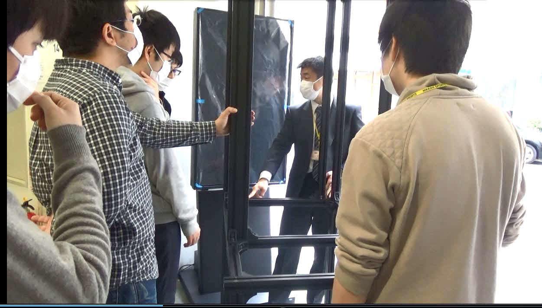 空中ディスプレーを設置する宇都宮大学の山本裕紹教授(中央)と研究室の学生たち