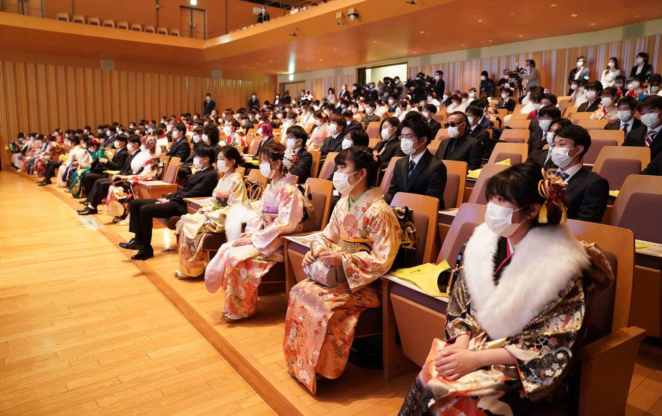 東京都杉並区の成人式「成人祝賀のつどい」は1席ずつ間隔を空けて行われた(撮影・鈴木みどり)