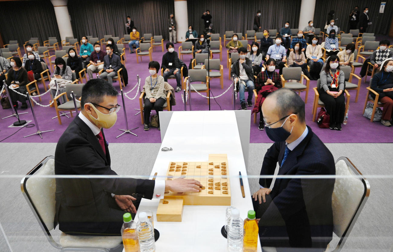 本戦1回戦で対局する渡辺明名人(右)と野月浩貴八段(代表撮影)