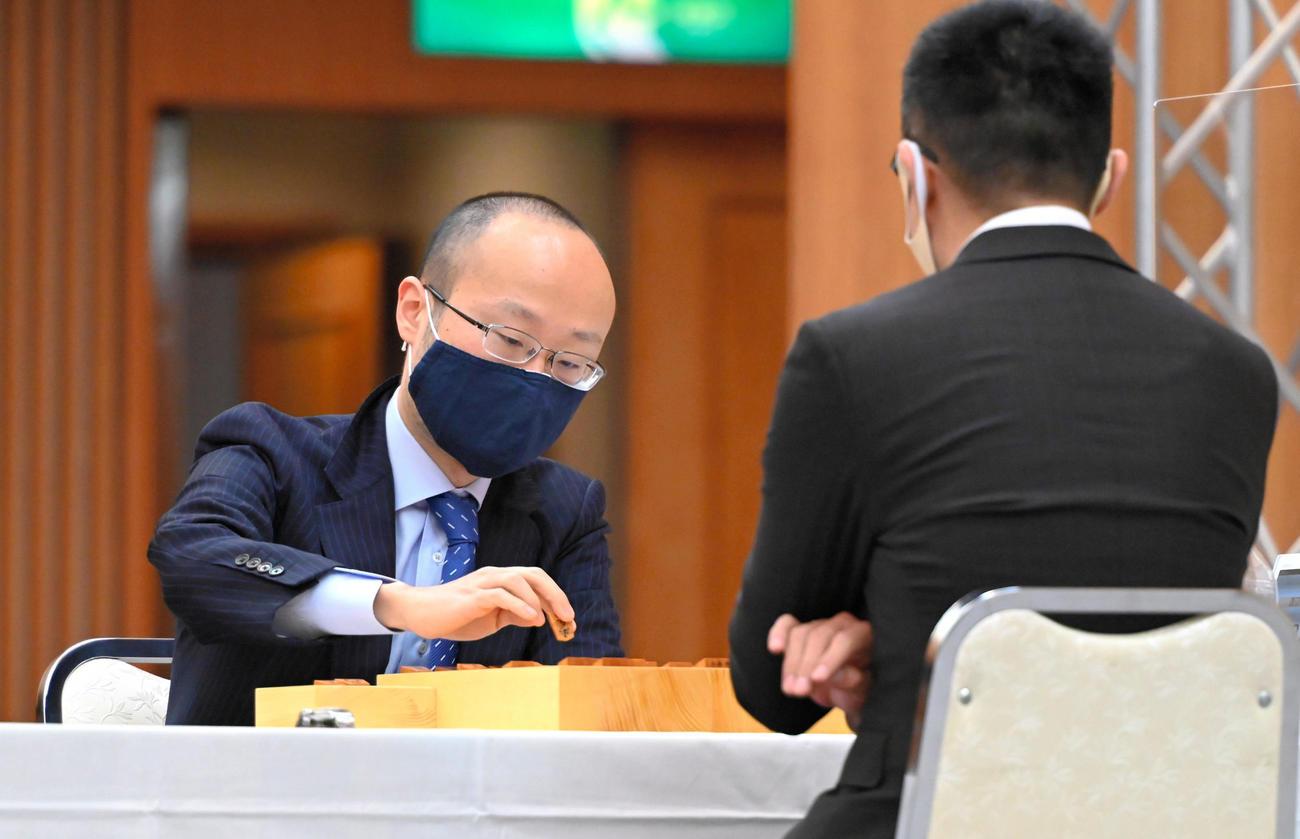 本戦1回戦で、野月浩貴八段(手前)と対局する渡辺明名人(代表撮影)