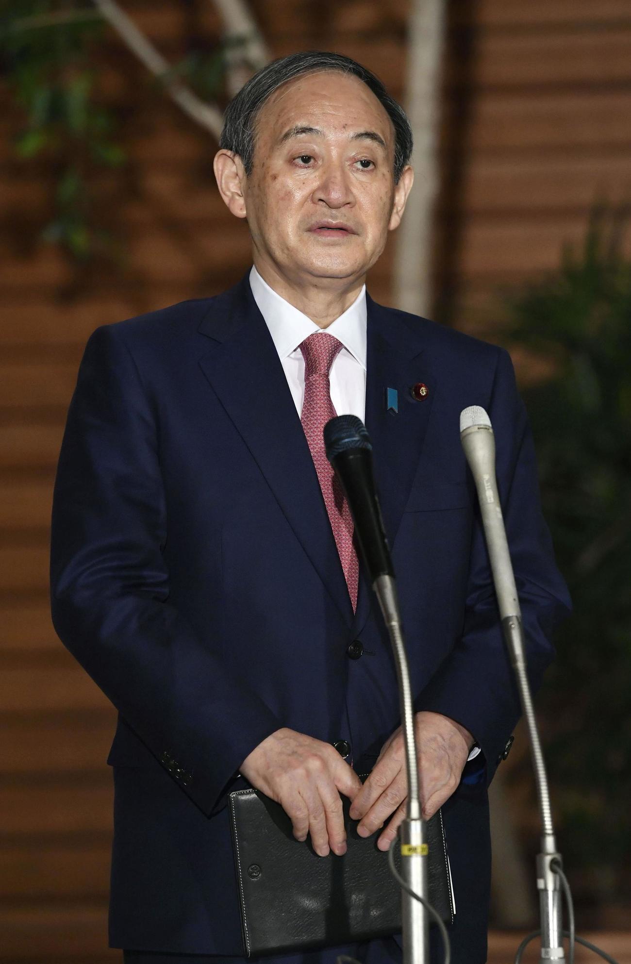 首相官邸で取材に応じる菅首相(共同)