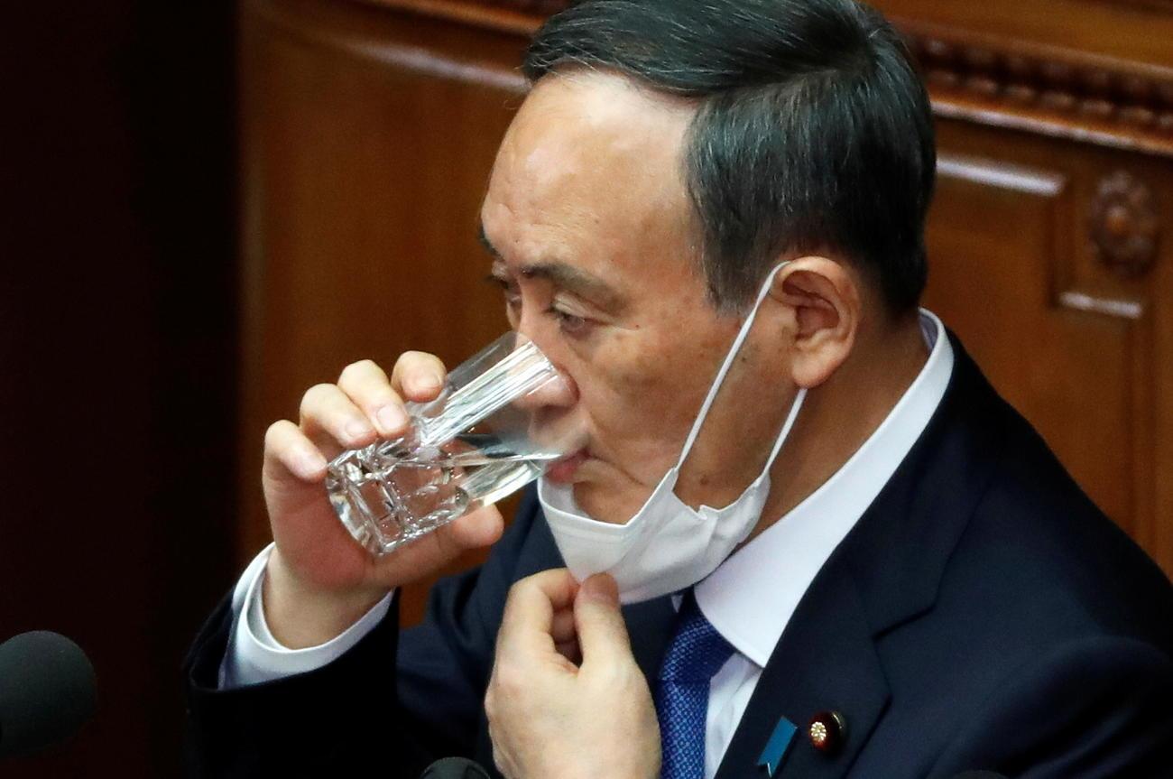 施政方針演説に臨み水を飲む菅首相(ロイター)