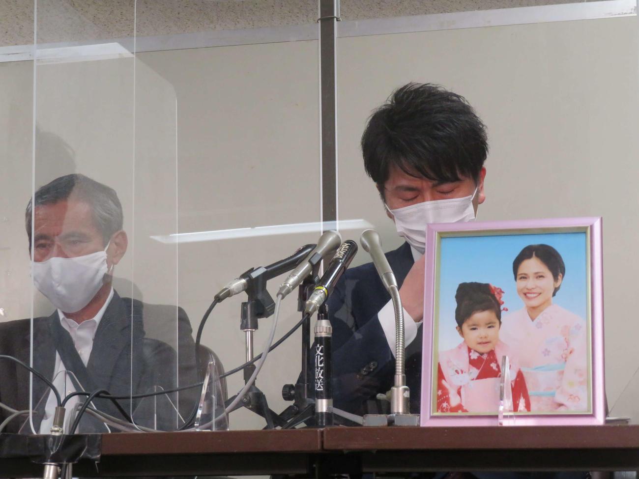 公判後の拝見で涙する松永拓也さん(右)と義父の上原義教さん(撮影・村上幸将)