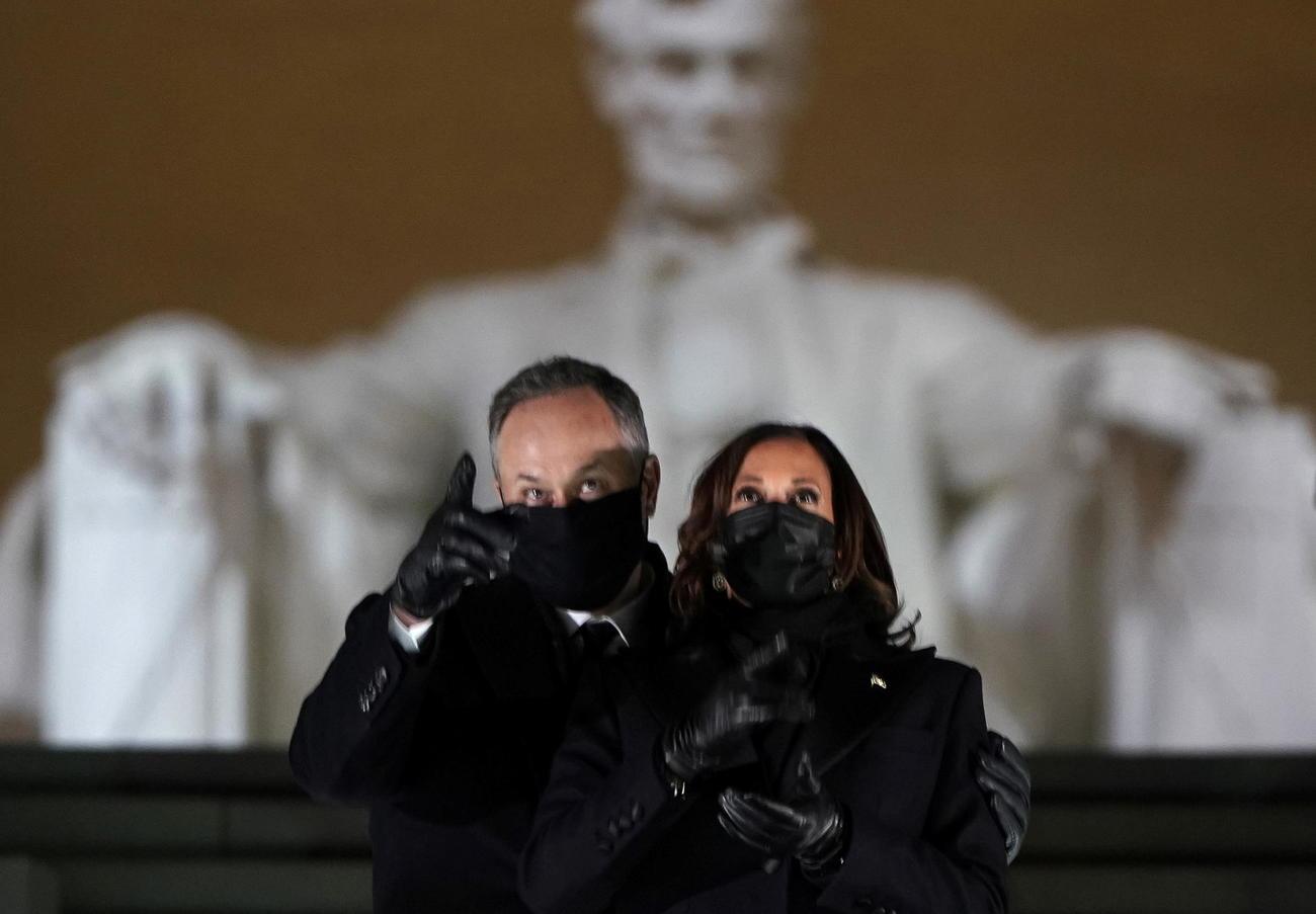 カマラ・ハリス副大統領(右)と夫ダグラス・エムホフ氏(ロイター)