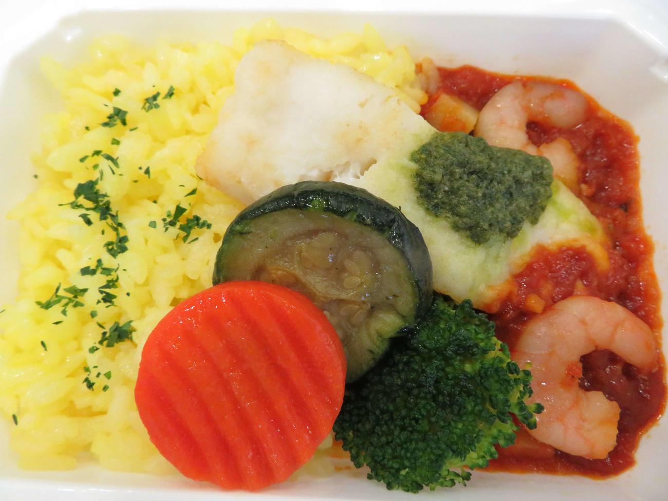 26日から通信販売されるANA国際線エコノミークラス機内食メインディッシュ洋食詰め合わせに含まれる「シーフードのトマト煮 バジル風味」(撮影・近藤由美子)