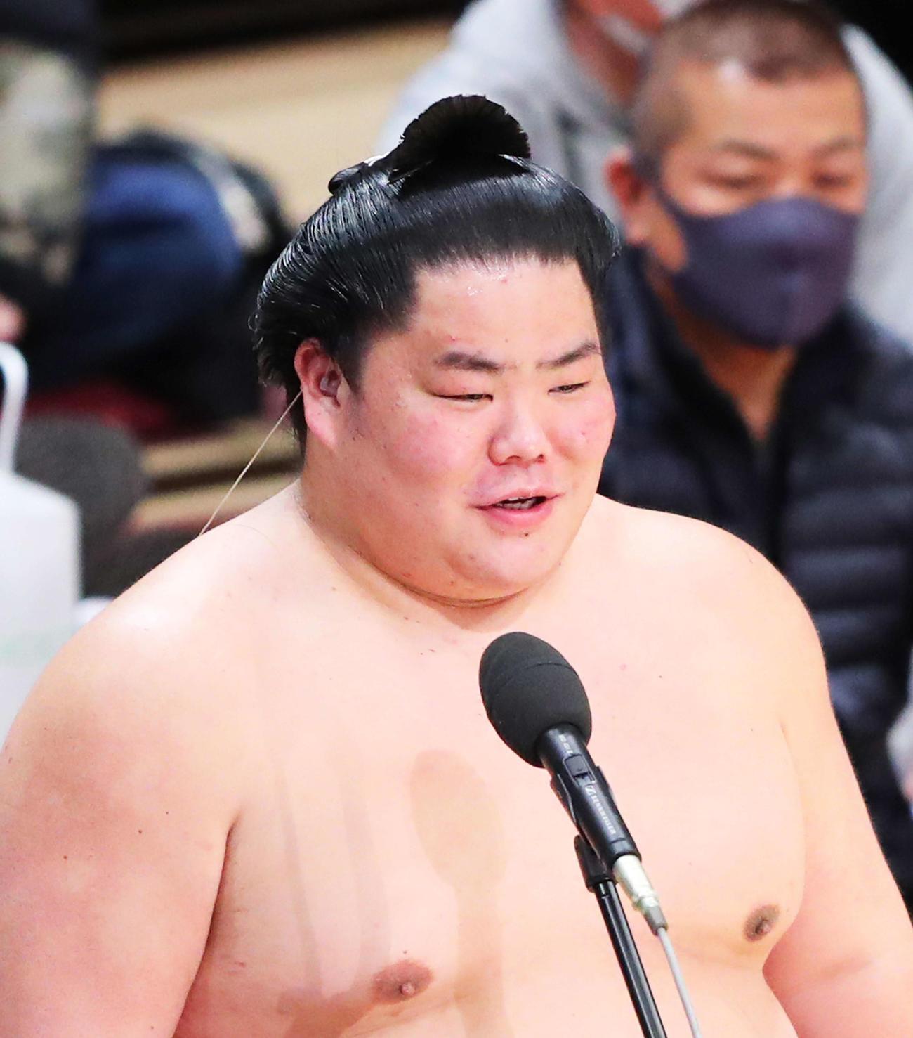 優勝インタビューで笑顔を見せる大栄翔(撮影・河田真司)