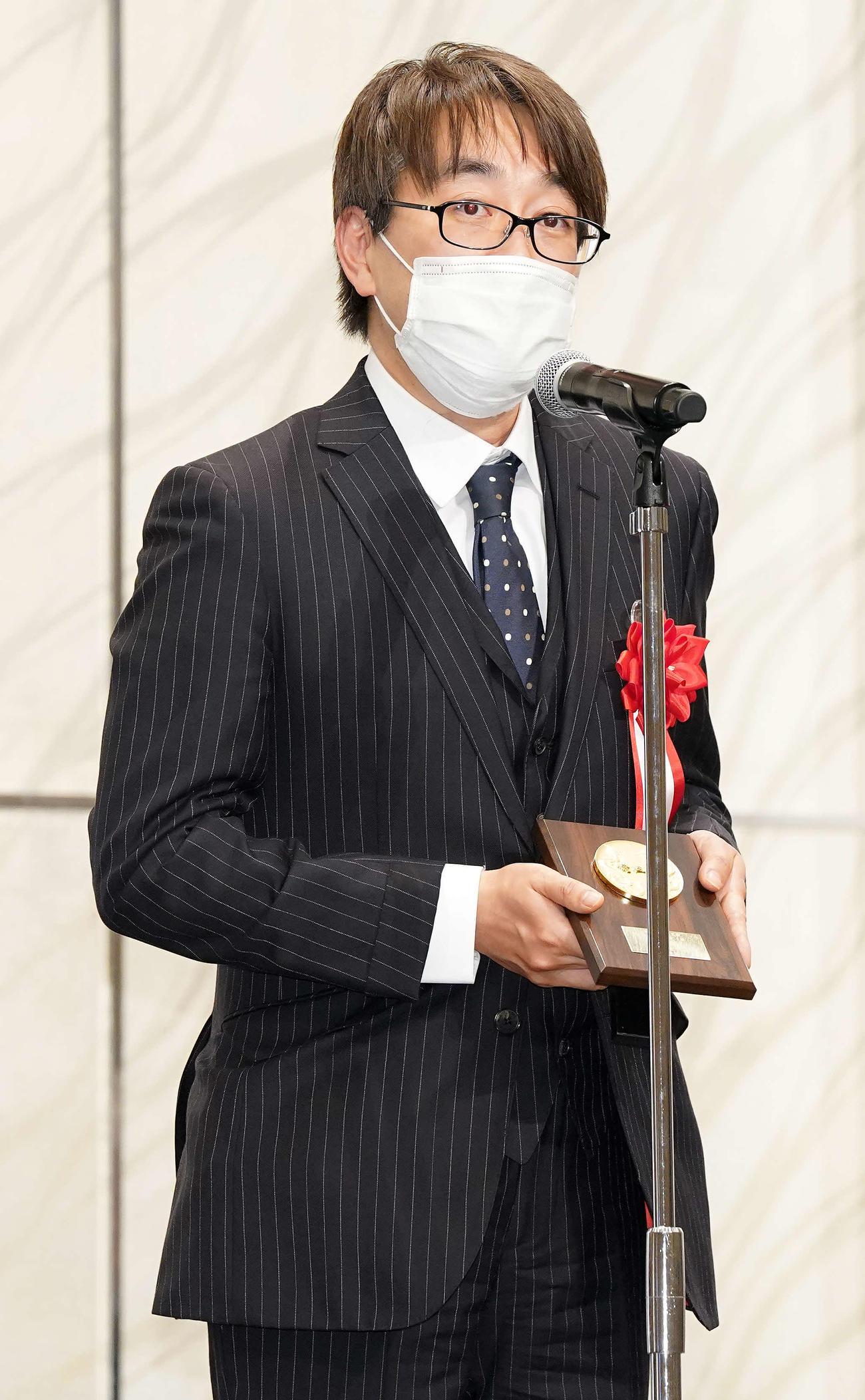 竜王就位式で表彰され、あいさつする1組優勝の羽生善治九段(撮影・江口和貴)