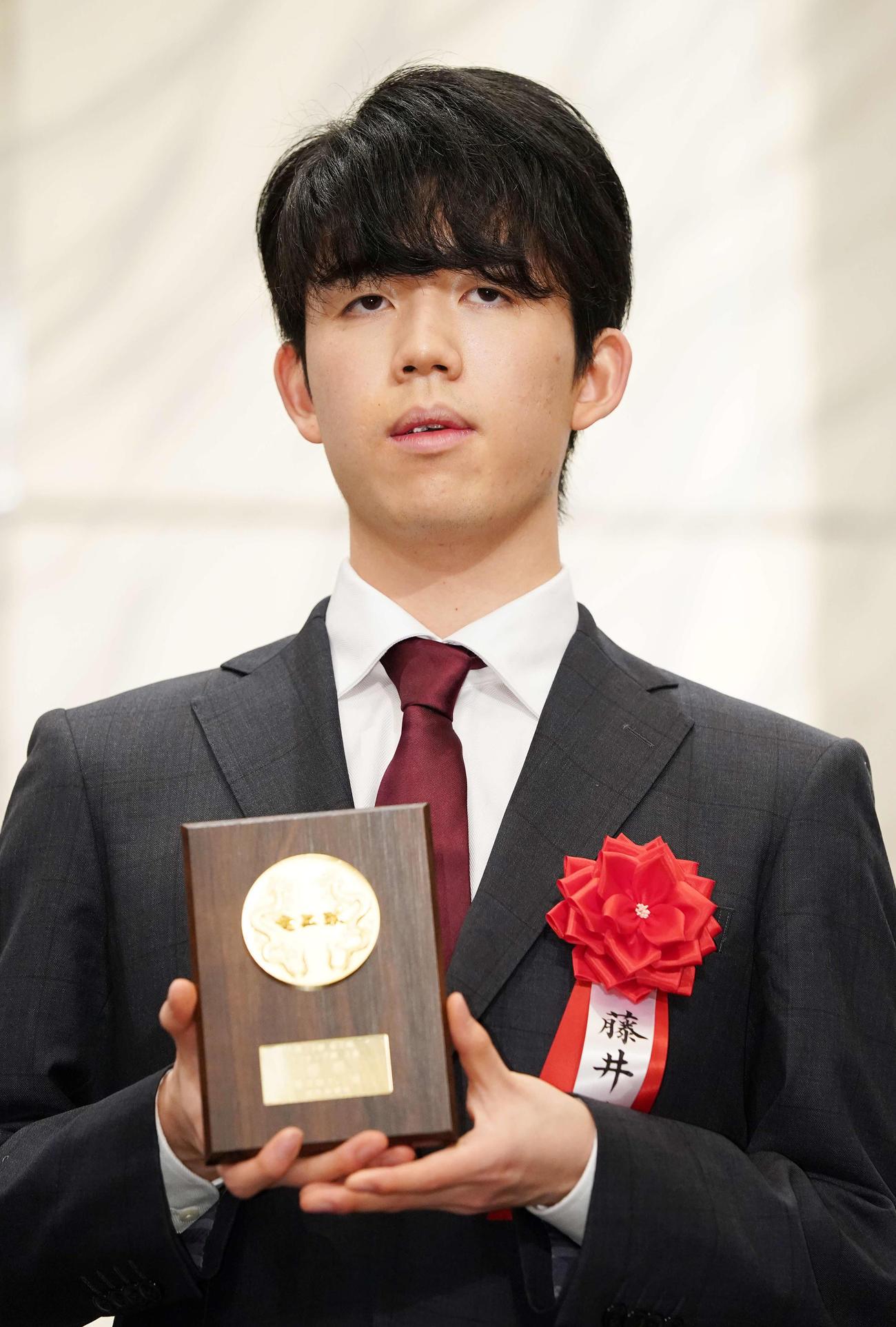 竜王就位式で表彰される3組優勝の藤井聡太二冠(撮影・江口和貴)