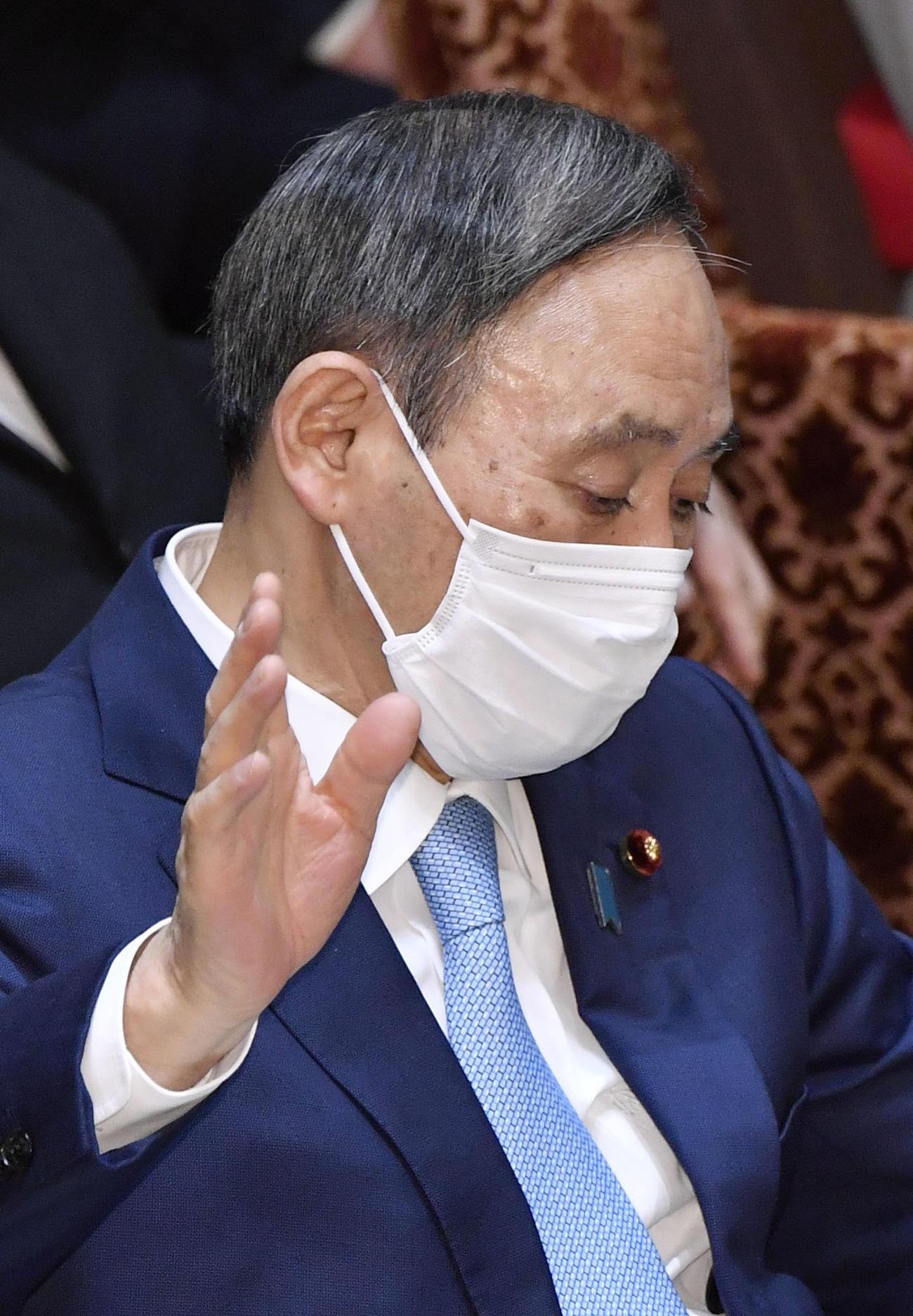 参院予算委で答弁のため挙手する菅首相(共同)