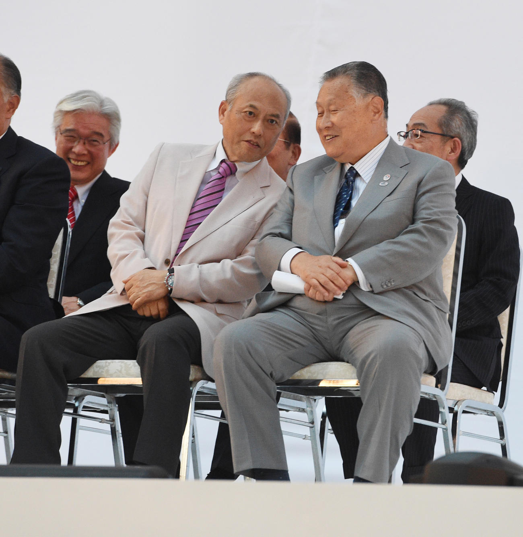 東京五輪のエンブレム発表会で話をする舛添要一都知事と大会組織委員会の森喜朗会長(右)(2015年7月24日撮影)