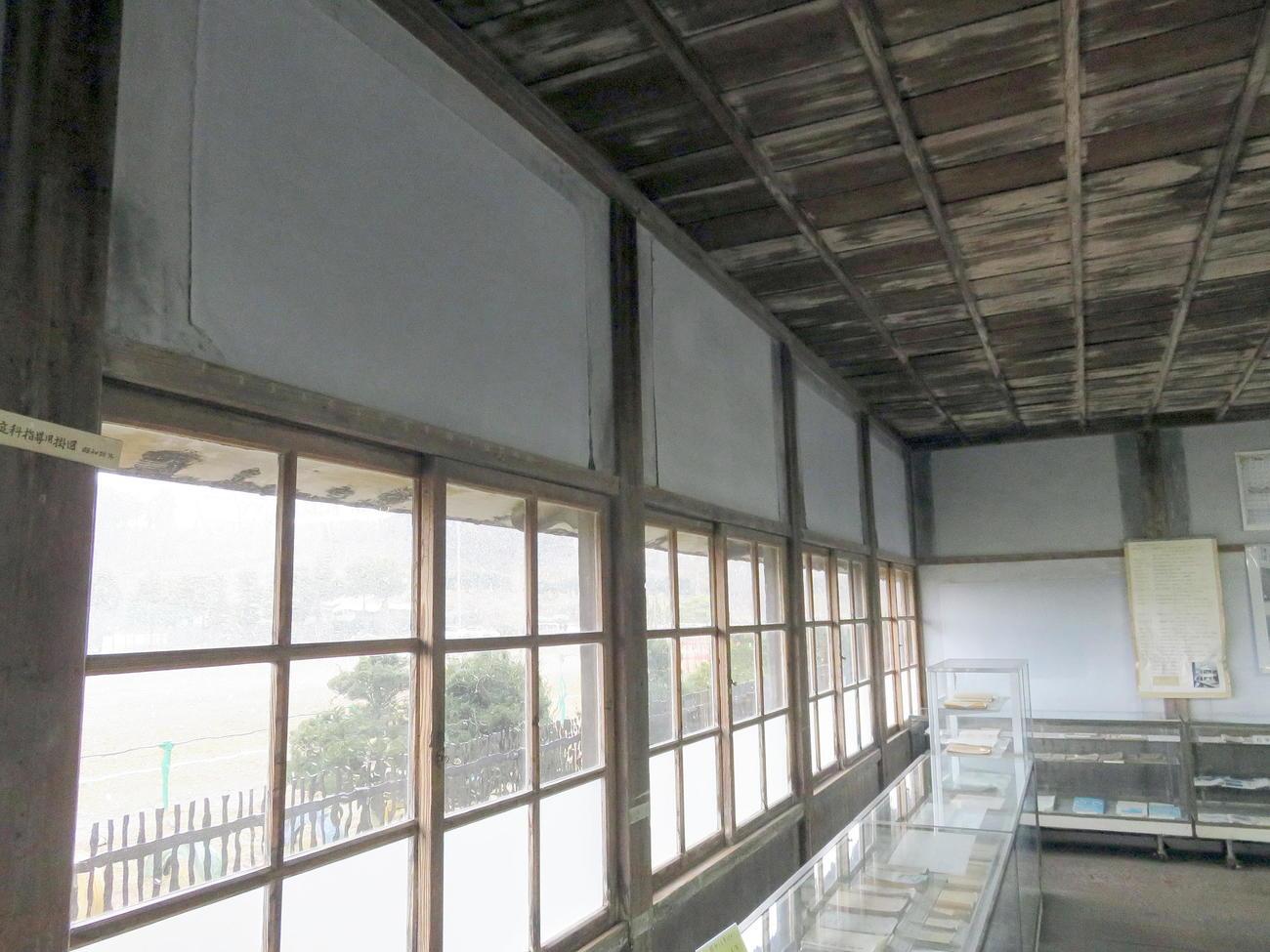 福島県沖地震で一部が破損した登米市教育資料館。壁の修復部分が揺れによって浮き上がった(撮影・鎌田直秀)