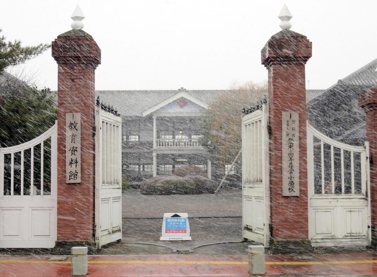福島県沖地震で一部が破損した登米市教育資料館(撮影・鎌田直秀)