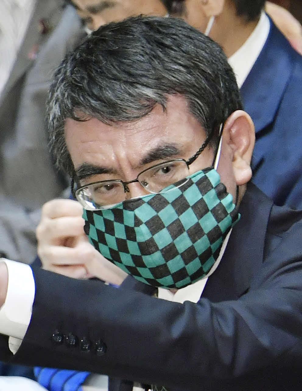 2重マスクで衆院予算委員会に出席した河野行革相(共同)