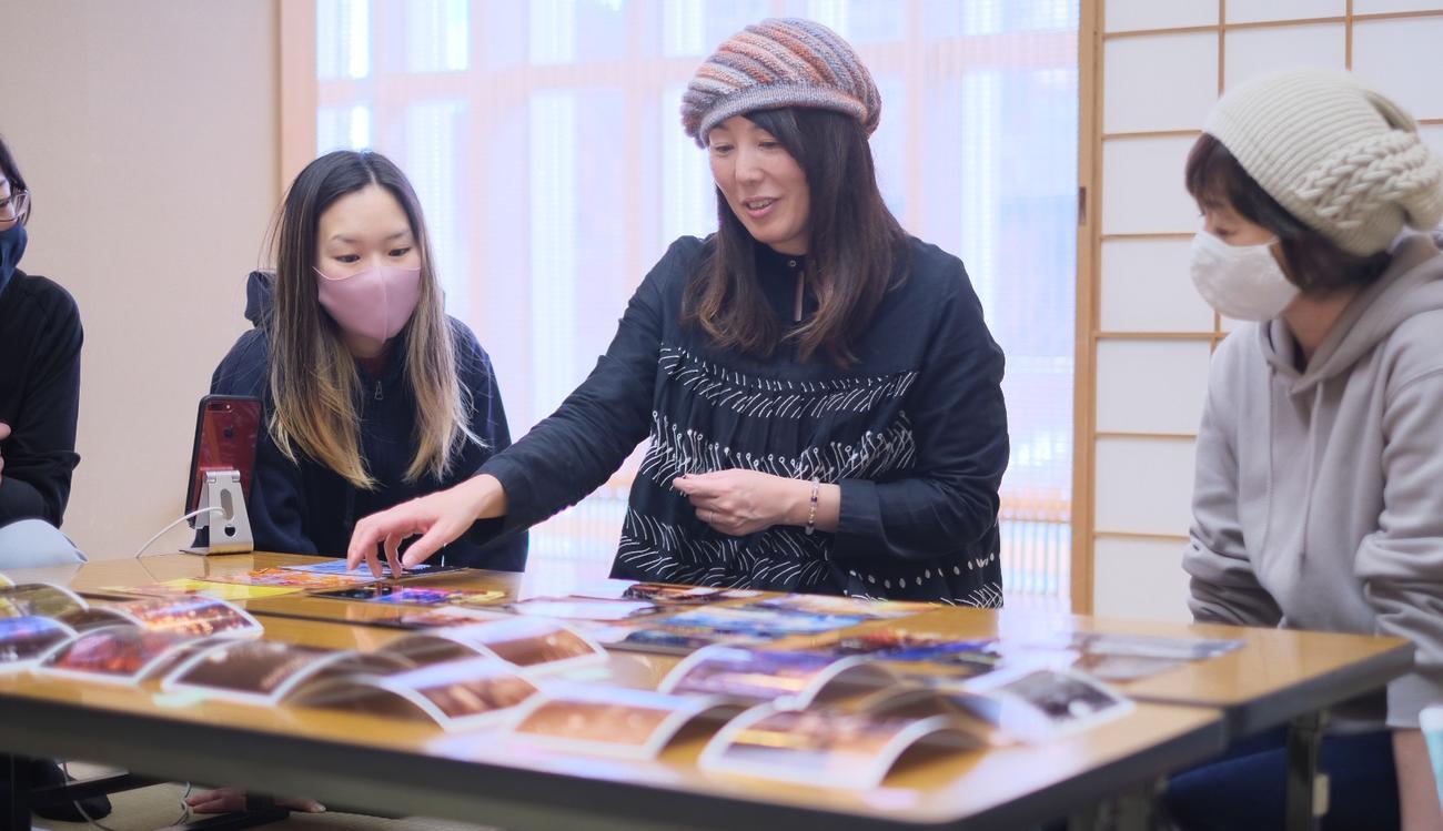 セミナーで講師を務める渡辺代表(中央、北海道カメラ女子の会提供)