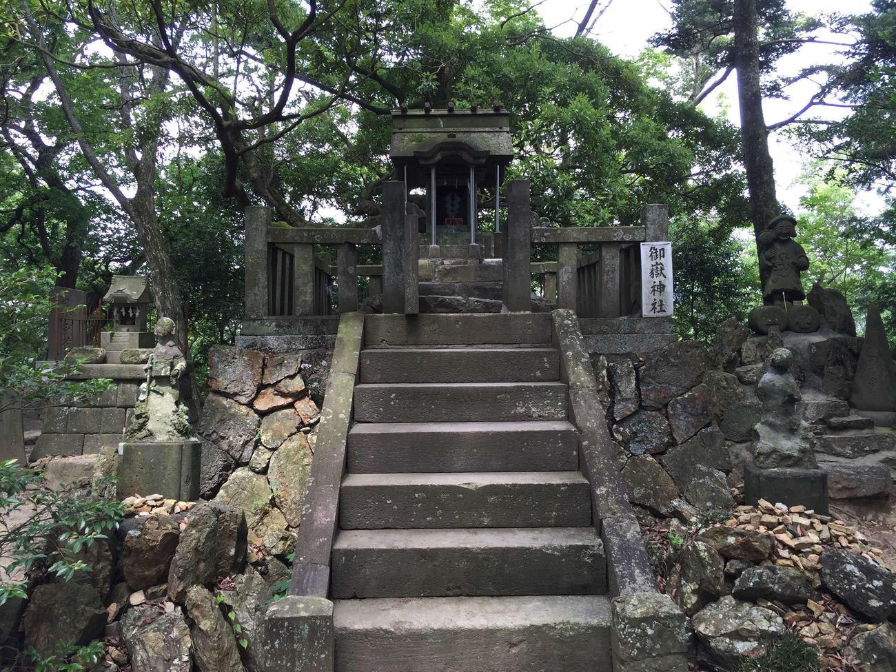両崖山で発生した山火事の影響で全焼したとされる御岳神社(足利市提供)