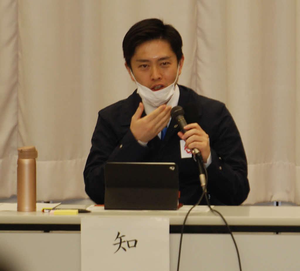 前回の大阪府の対策本部会議でも「あごかけマスク会食」の実演を披露していた吉村洋文知事(21年2月19日)