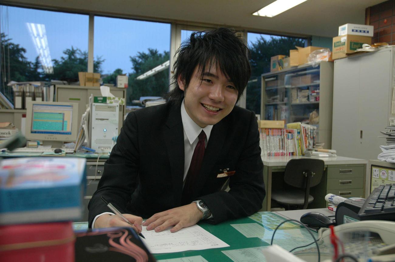 三段リーグを突破して新四段の調査書を書き込む佐藤天彦現九段(06年9月撮影)