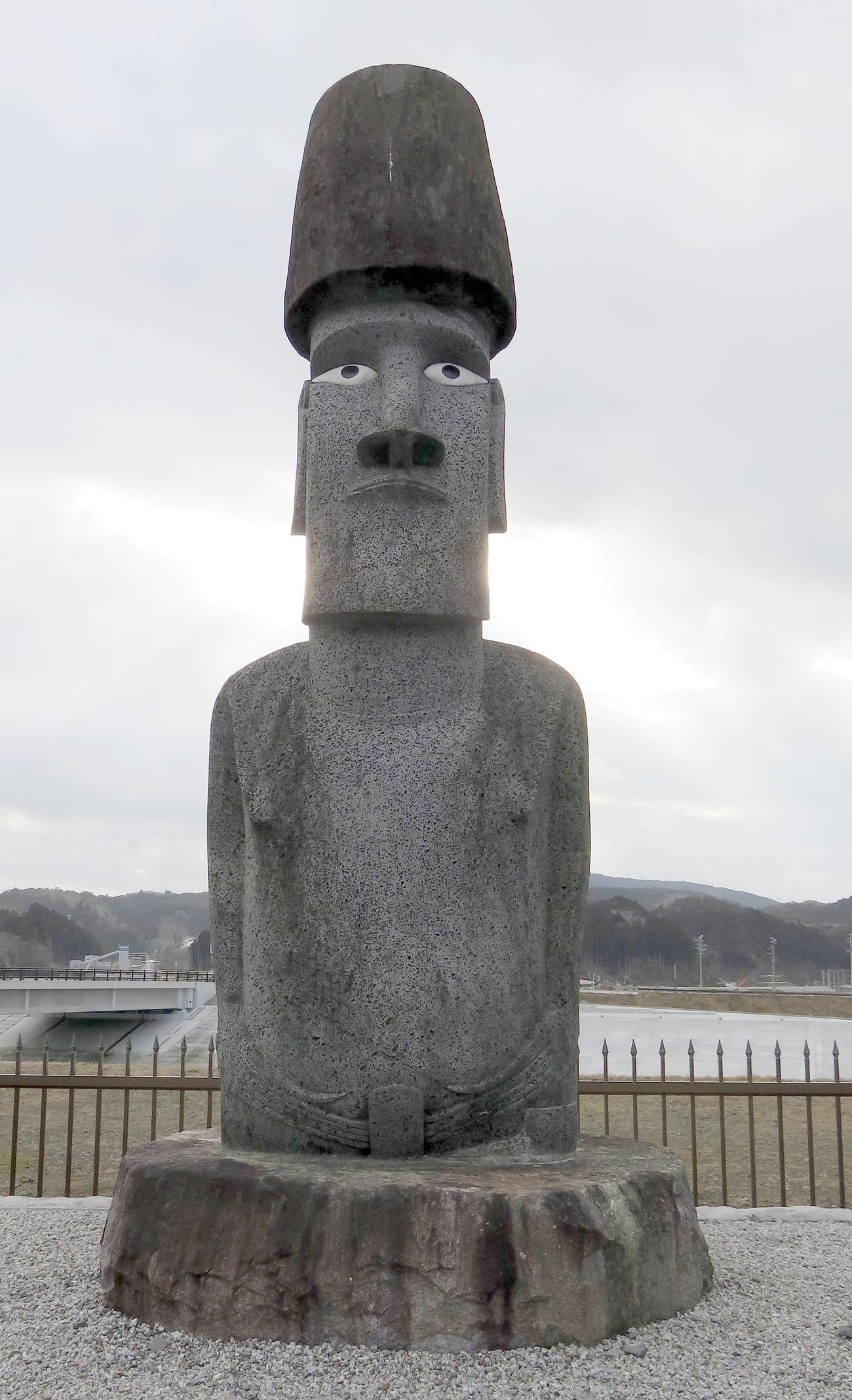 南三陸さんさん商店街に立つチリ領イースター島から贈られたモアイ像(撮影・鎌田直秀)